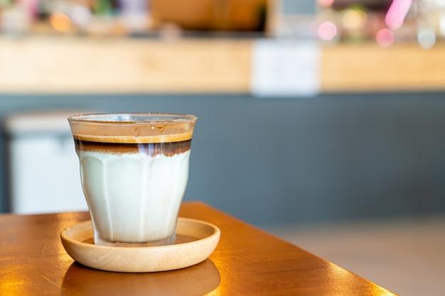 Café sujo - um copo de expresso misturado com leite fresco frio em uma cafeteria e restaurante