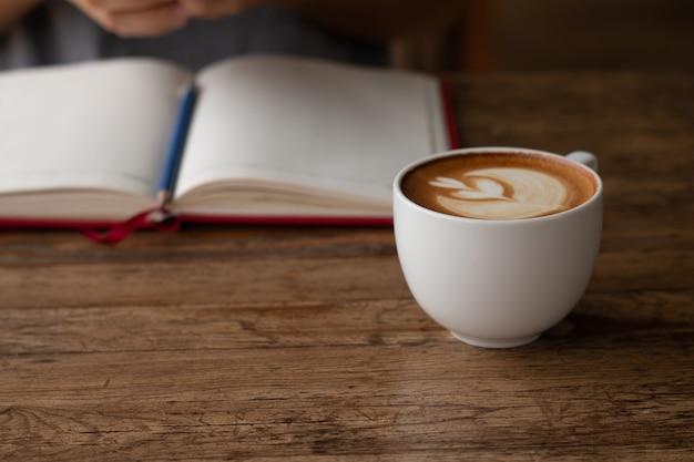 Café tardio em uma xícara na frente