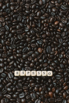 Café torrado e cubo de madeira de texto