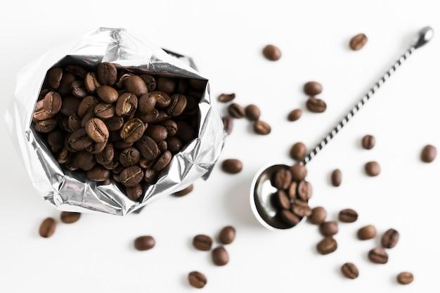 Café torrado em grãos em saco plástico vista superior