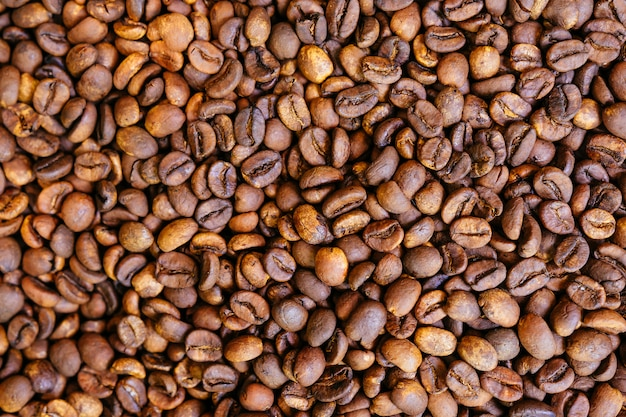 Café torrado grãos de café tiro de cima, preenchendo o quadro