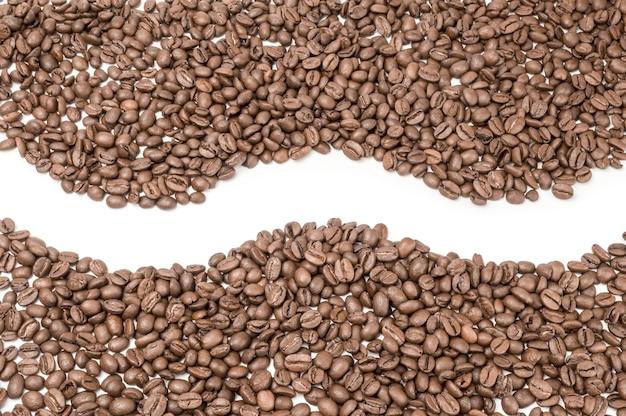 Café torrado isolado no branco