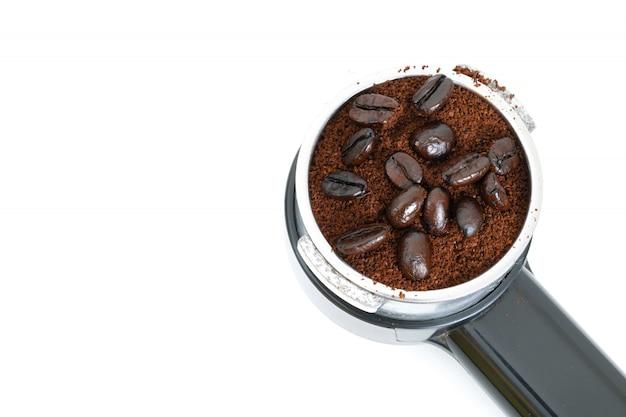 Café torrado na máquina em um fundo branco