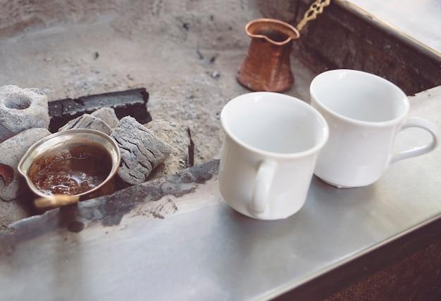 Café turco com carvão o café está sendo feito sobre carvão em um café turco