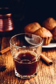 Café turco com especiarias e muffins de aveia na superfície de madeira
