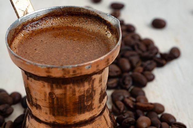Café turco com espuma em cobre turco
