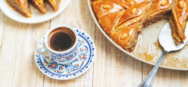 Café turco e baklava em cima da mesa