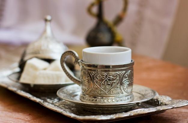 Café turco e doces turcos lokum na bandeja de metal