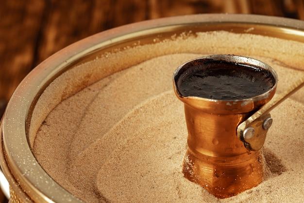 Café turco em cezve na areia