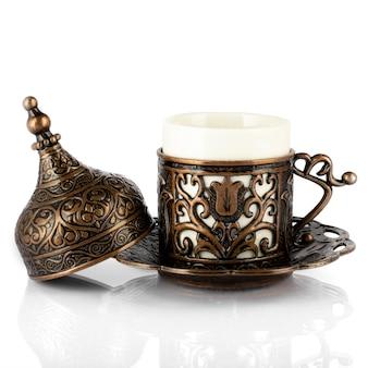 Café turco em utensílios de cobre tradicionais, uma xícara de demitass