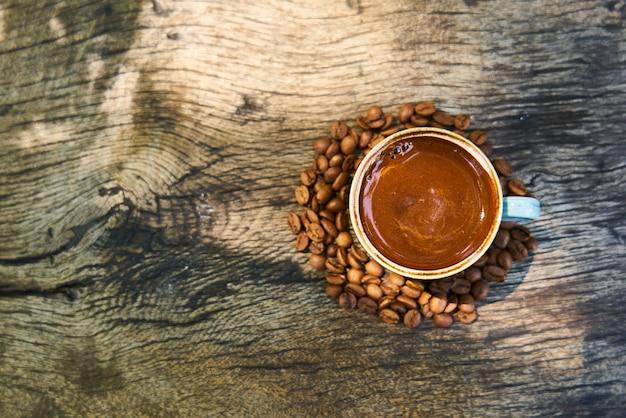 Café turco escuro em cima da mesa