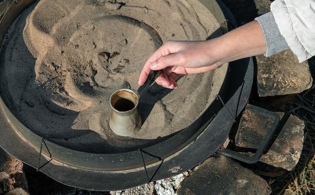 Café turco preparado cozinhando na areia