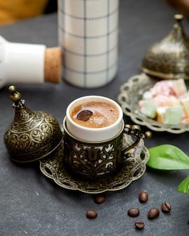 Café turco servido em copo ornamentado
