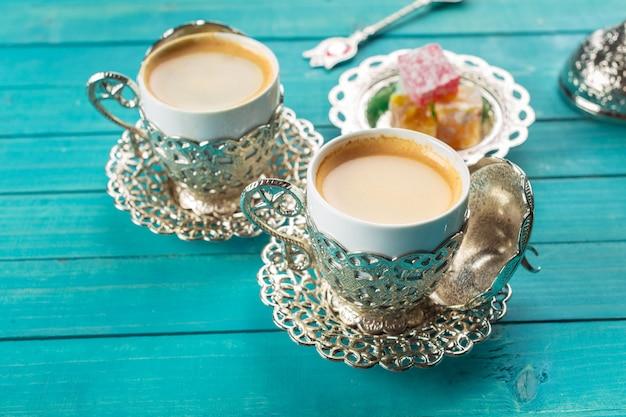 Café turco tradicional e manjar turco na superfície de madeira
