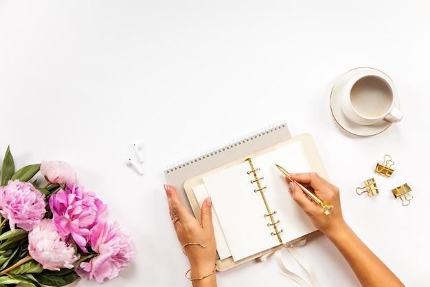 Café um diário coberto de couro