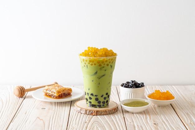 Café verde com leite com bolhas de bolha e mel