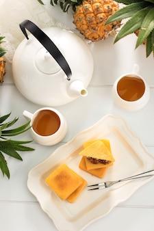 Café vietnamita com leite condensado em copos de vidro e cafeteira de metal tradicional phin. método tradicional de fabricação de gotejamento de café vietnamita. espaço para texto. ou anúncio