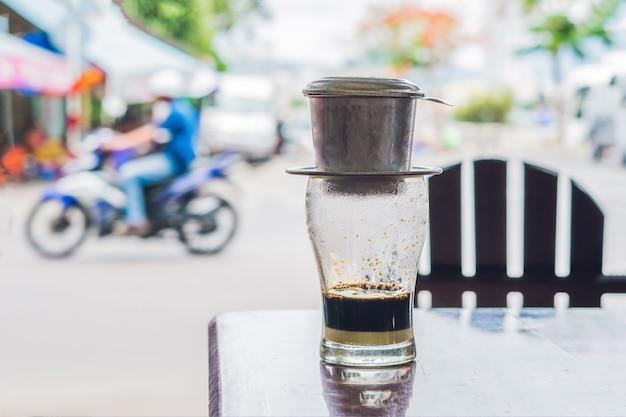 Café vietnamita em um café de rua na superfície de uma estrada