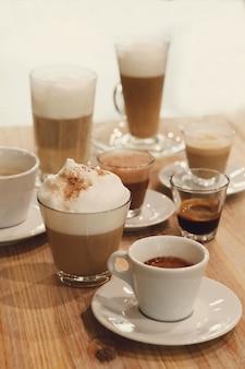Cafés em uma mesa