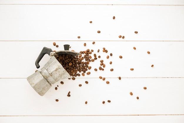 Cafeteira cheia de grãos de café