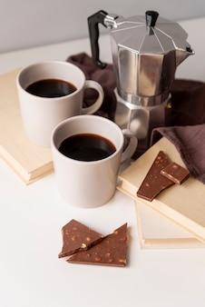 Cafeteira com pedaços de chocolate