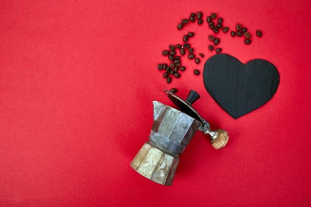 Cafeteira e grãos de café sobre fundo vermelho tendência