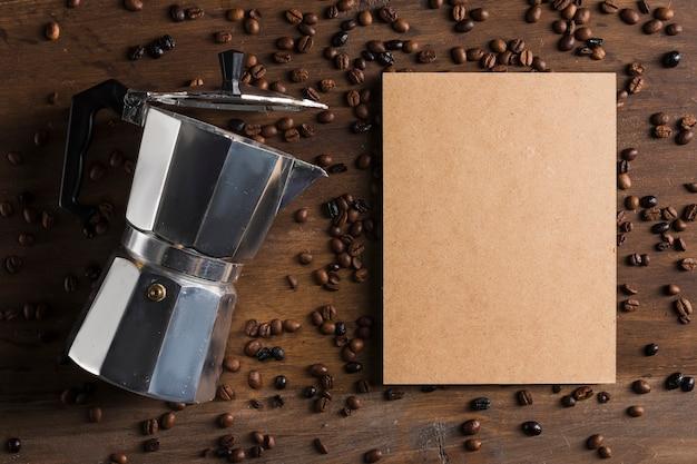 Cafeteira e pacote perto de feijão