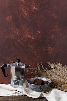 Cafeteira e trufas de chocolate