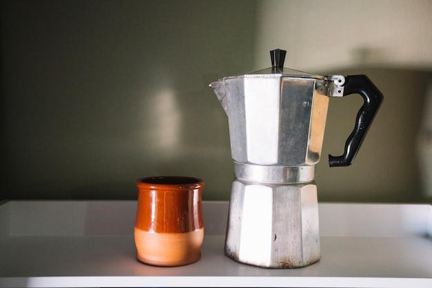 Cafeteira e xícara
