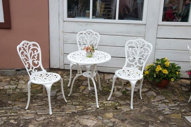 Cafeteria externa ao ar livre com cadeiras vienenses
