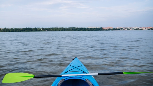 Caiaque de esporte na costa rochosa do lago