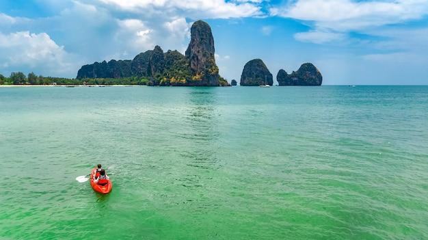 Caiaque em família, mãe e filha remando em caiaque em passeio de canoa no mar tropical perto de ilhas, se divertindo, férias ativas com crianças na tailândia, krabi