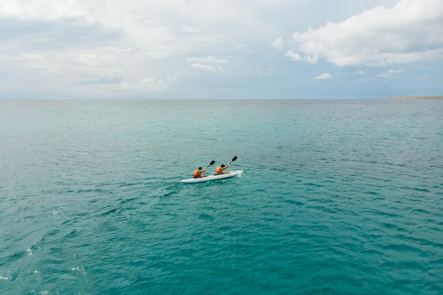 Caiaque no mar pela vista traseira