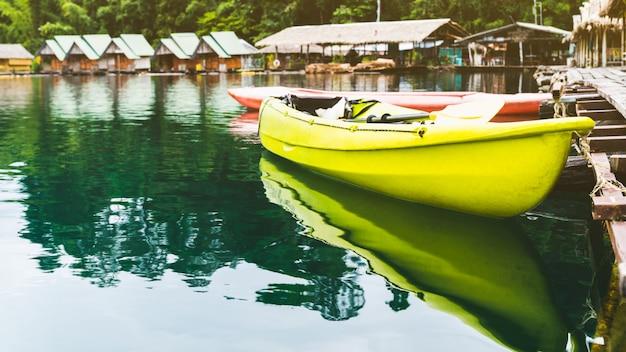 Caiaque recreação férias, em, flutuante, jangada, recurso, cheow, lan, lago, rajjaprabha, represa, tailandia