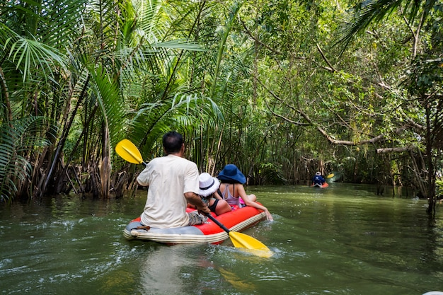 Caiaque turístico no canal na floresta em phang-nga, tailândia