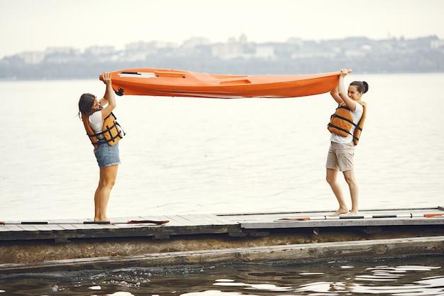 Caiaque. uma mulher em um caiaque. as meninas se preparam para encher um lago.