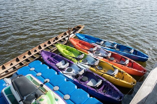 Caiaques coloridos atracados no rio