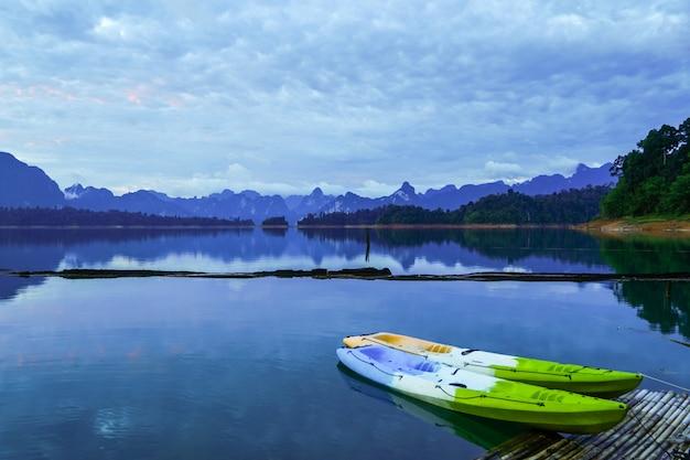 Caiaques coloridos na balsa. lagoa vista para a montanha