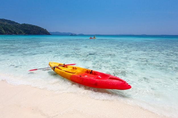 Caiaques coloridos na praia da ilha tropical, tailândia