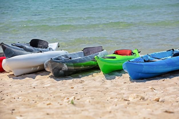 Caiaques coloridos na praia Foto Premium
