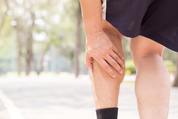 Cãibra durante a corrida. lesão do conceito de esporte