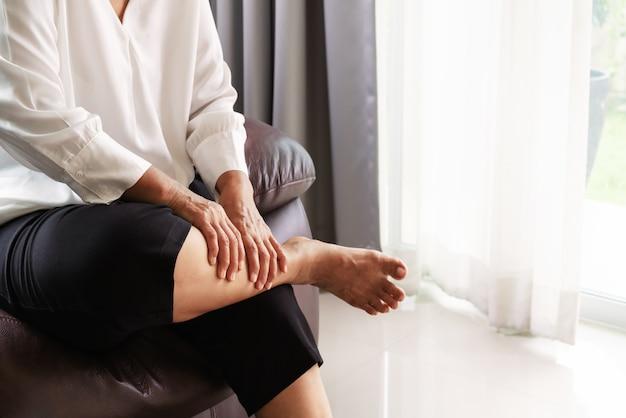 Cãibra perna, mulher sênior, sofrimento, de, cãibra perna, dor, casa, conceito problema saúde