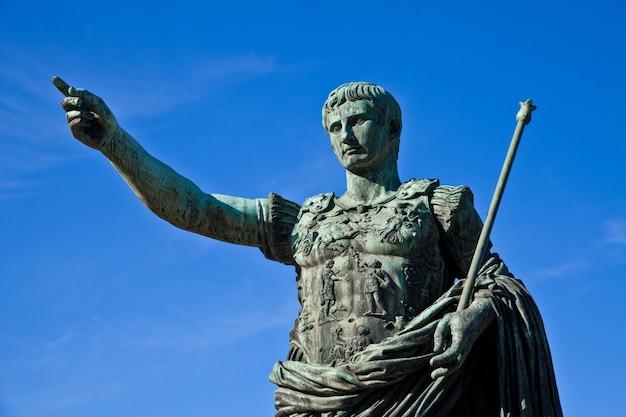 Caio júlio césar (13 de julho de 100 ac - 15 de março de 44 ac) foi um general e estadista romano. útil para conceitos de liderança.