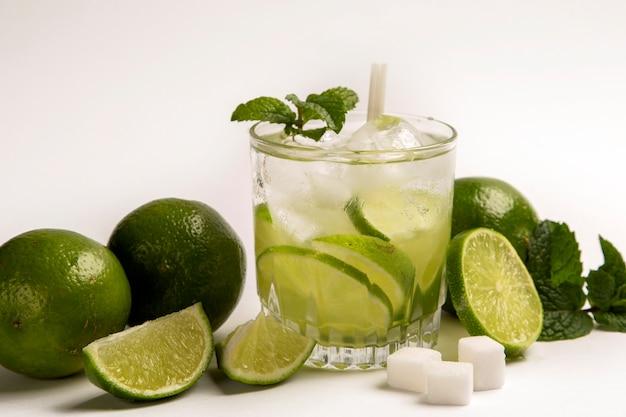 Caipirinha - coquetel nacional feito com cachaça, açúcar e limão ou lima, isolado Foto Premium
