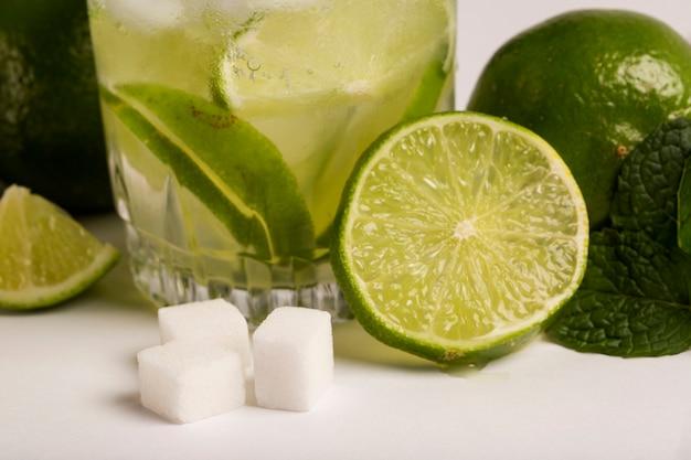 Caipirinha - coquetel nacional feito com cachaça, açúcar e limão ou lima, isolado