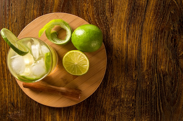 Caipirinha de frutas limão do brasil na mesa de madeira