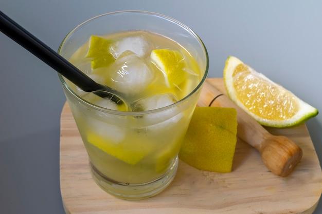 Caipirinha de limão siciliano. bebida típica brasileira