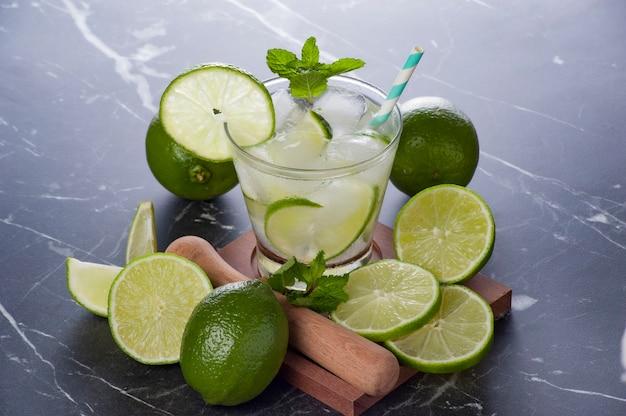 Caipirinha refrescante tradicional brasileira