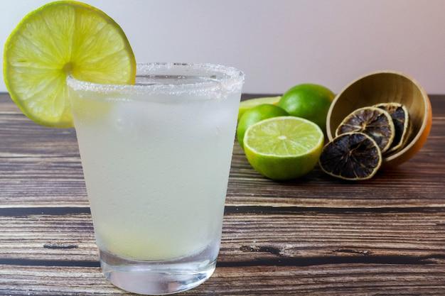 Caipirinha uma bebida típica brasileira de limão foco seletivo