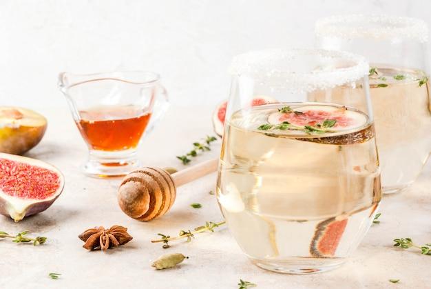 Cair frio doce vinho branco cocktail com figo, ameixa, mel e tomilho, copie o espaço